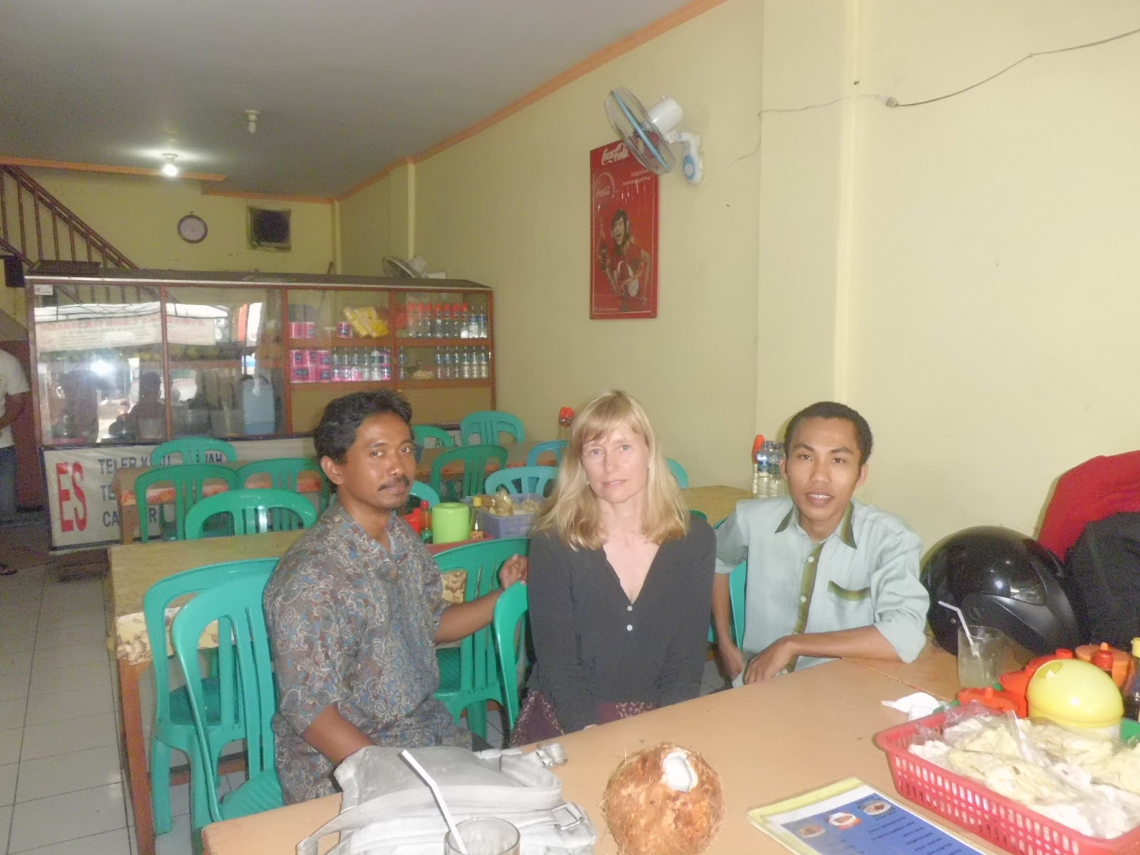 Dr.Widodo, Dr.Kari dan saya (Yusuf Tantowi) disebuah rumah makan di