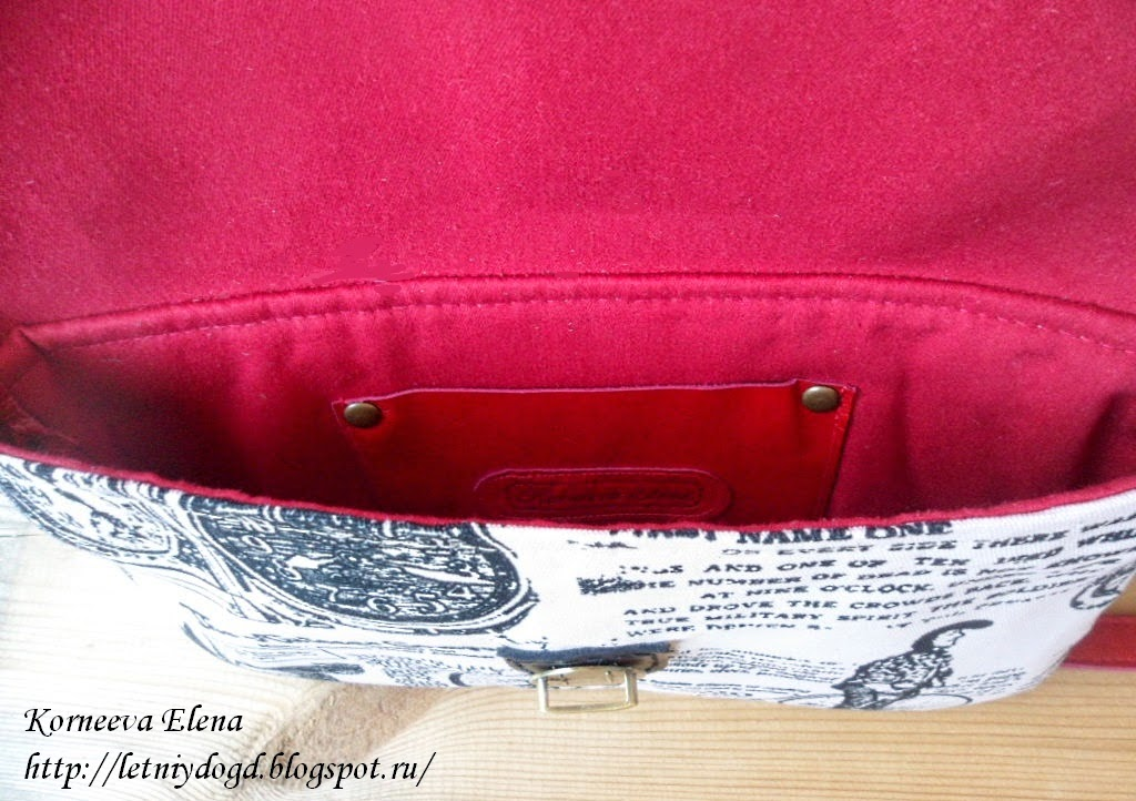 красная женская сумочка
