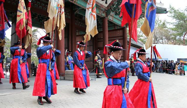 Ceremonia del cambio de la guardia en el palacio Deoksugung de Seúl