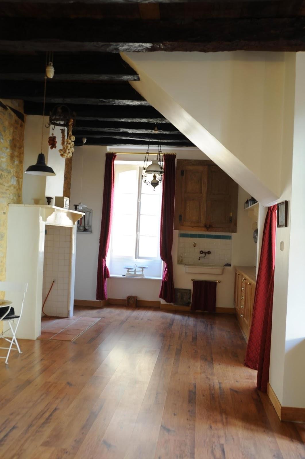 Hoekkast Keuken Boven : living met open keuken, een bureau, een slaapkamer en een badkamer