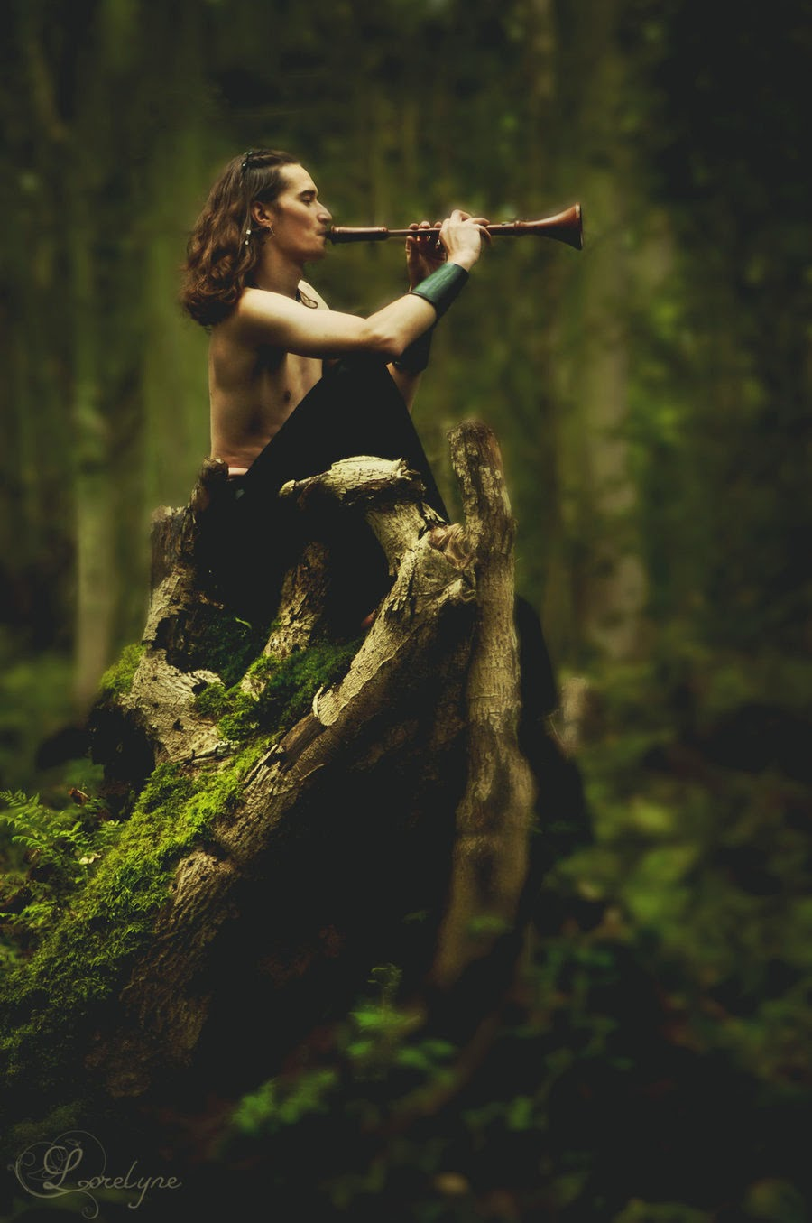 cosplay masculin de pan dans la forêt