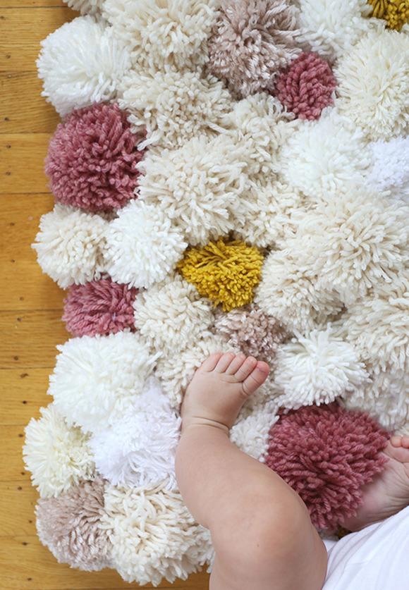 Liaknits alfombra casera con pompones de lana for Alfombras de pompones infantiles
