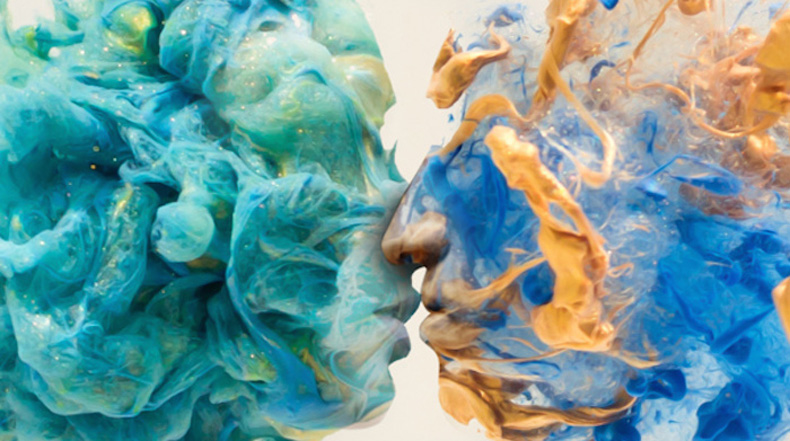 Hermosos remolinos de pintura en el agua forman impresionantes retratos