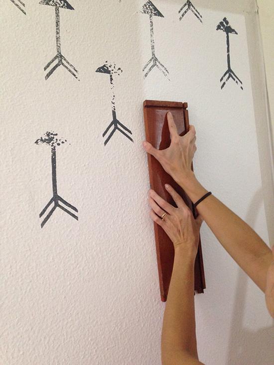 carimbo na parede, stencil, parede desenhada, papel de parede, parede colorida, seta na parede, arrow wallpaper, faca voce mesmo, diy