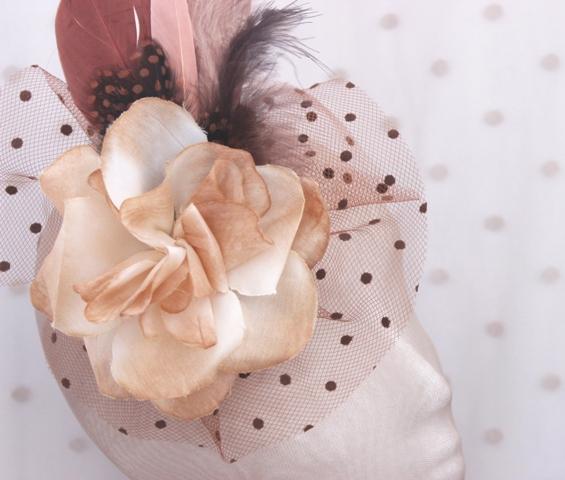 Colección Cumbres - Tocado Chocolate Flor y Plumeti