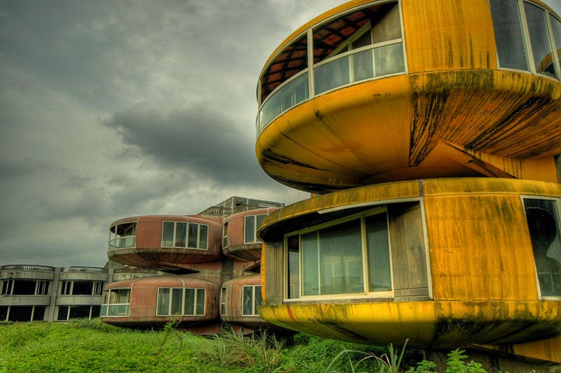 23. Sanzhi, Taiwan - 31 Haunting Images Of Abandoned Places That Will Give You Goose Bumps