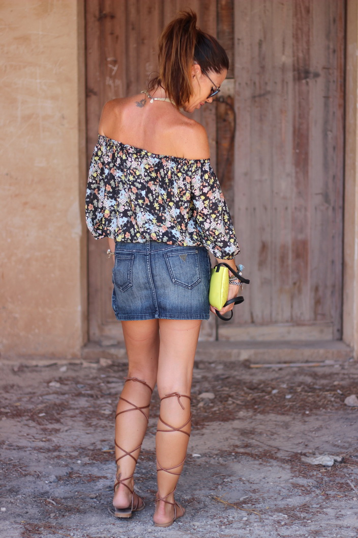 Hombros al aire- streetstyle - mini vaquera - calzados sandra - romanas - cuchicuchi joyas