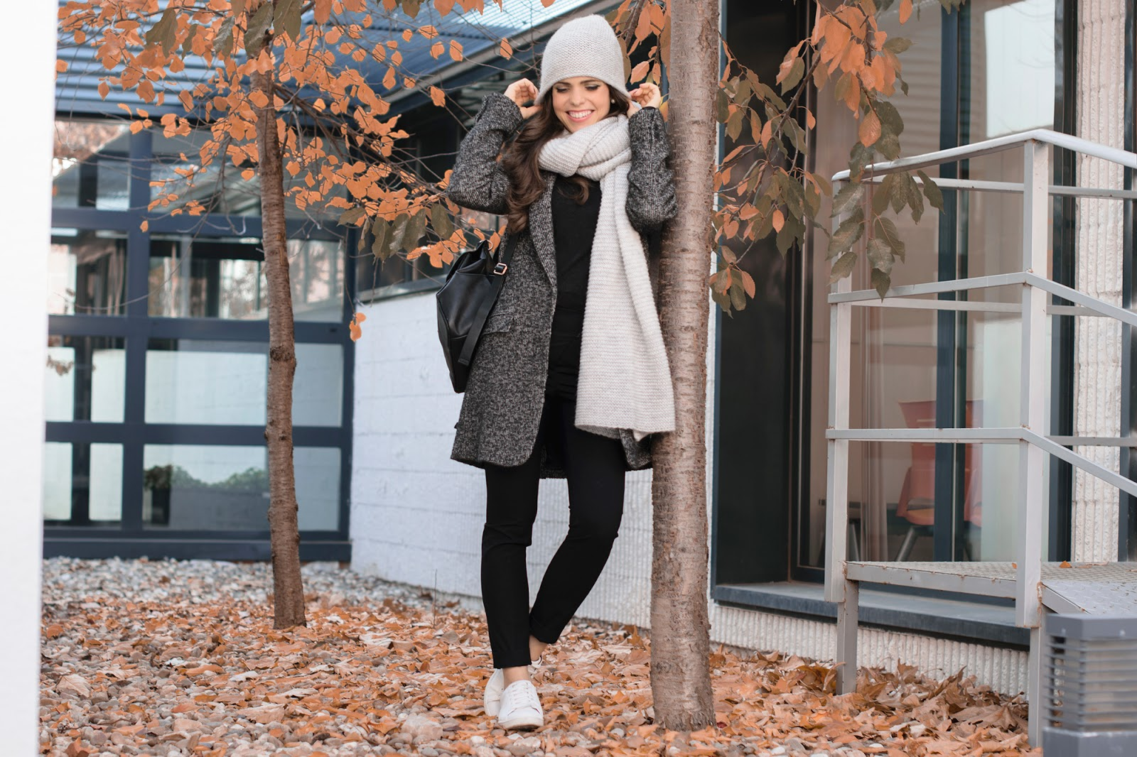 Look sporty chic con beanie y sneakers