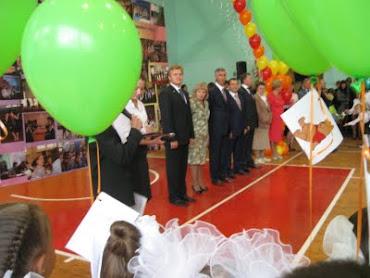 Гости на торжественной линейке, посвящённой 1 сентября.