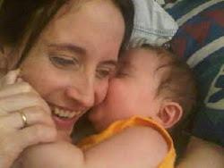 Una hermosa foto de Nicolás besando a su madre