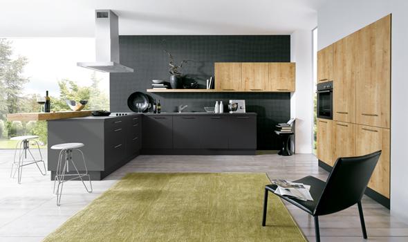 cocina-gris-y-madera-con-pared-oscura
