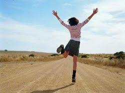 mulher livre em uma estrada namorar ou ficar solteiro