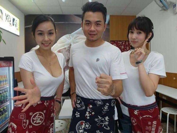 A dumpling shop in Pingtung, Taiwan, is pulling in a crowd not only for its delicious meat parcels, but also its sexy lady boss (left), Ms Huang