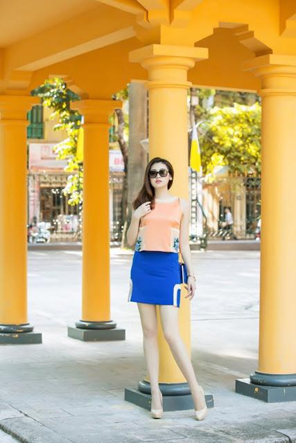 Á hậu Việt Nam 2012 khoe dáng với chân váy ngắn và áo không tay.