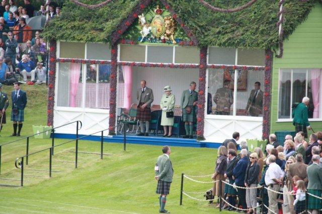 Su Majestad la Reina, el Duque de Edimburgo y el príncipe Carlos en los Juegos de las Tierras Altas Braemar Gathering 4 Septiembre 2010