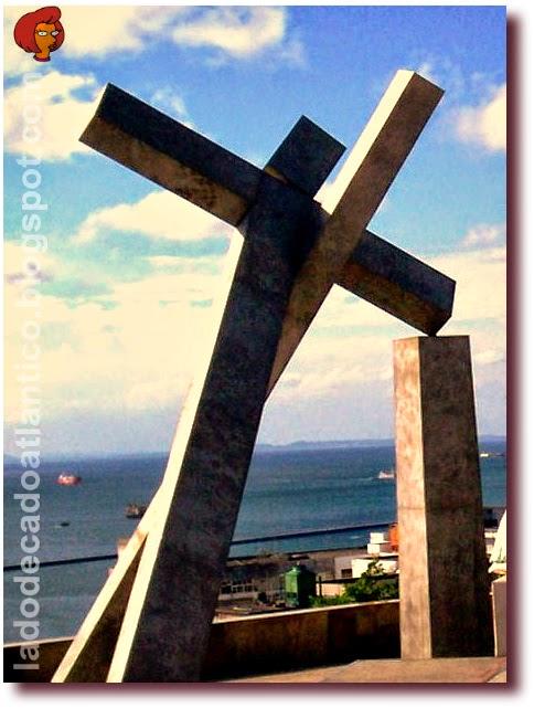 """Foto da obra de Mario Cravo, em frente ao Memorial das Baianas do Acarajé, no mirante da Praça da Sé em Salvador, inspirada no filme """"O Pagador de Promessas"""", baseado no livro escrito por Dias Gomes."""
