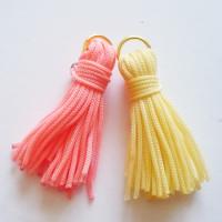 http://cocoatutoriales.blogspot.com.es/2013/07/pompones-de-hilo-para-pulseras-y.html