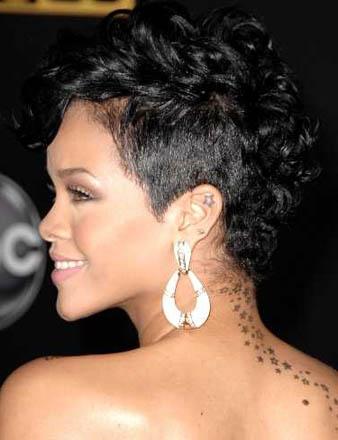 Rihanna saçlarının sol tarafını kazıttırarak marjinal bir görünüm elde etmiştir. Saçalrının siyah olması sebebi ile de asaletine asalet katmaktadır.