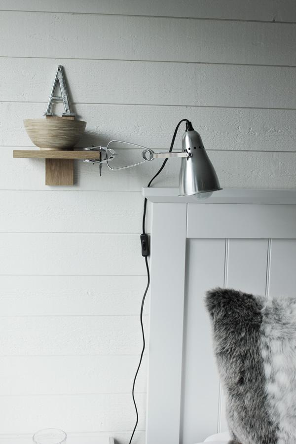 renoverat sovrum i vitt och trärent. Liggande vit panel på väggen med plank. Sänglampor från IKEA. Klämspot i sovrummet. Säng från SOVA. Huvudgavel i vit trä. Sovrum 2013. Sängkläder från eightmood. Kudde av lurvigt skinn. Silver bokstav på väggen.