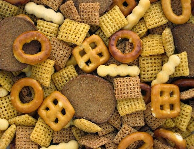 Make your own snack mix to earn the Brownie Hiker badge