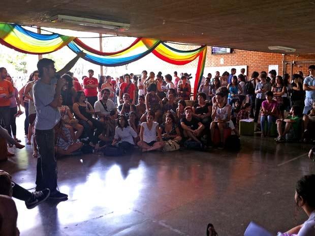 Estudantes da UnB reunidos nesta sexta-feira (22) para discutir medidas contra a homofobia, lesbofobia e transfobia (Foto: Raquel Morais)