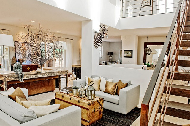 mesa de centro original baul vintage sofas blancos escalera madera