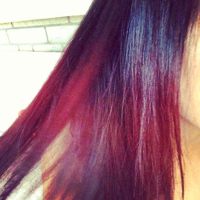 Cabello rojo con mechas californianas rojas