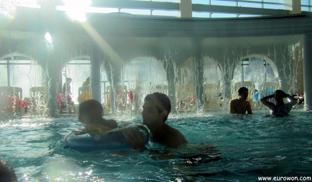 Sonia con su flotador en la piscina del balneario