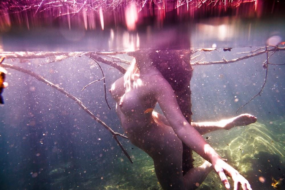 femme nue prise en photo sous l'eau
