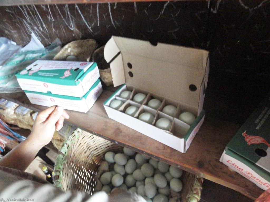 Membeli telur asin di Lina Pandi, Brebes