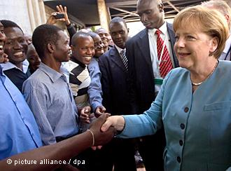 """""""Angola Merkel"""" título do Tageszeitung sobre a visita da chanceler à África"""