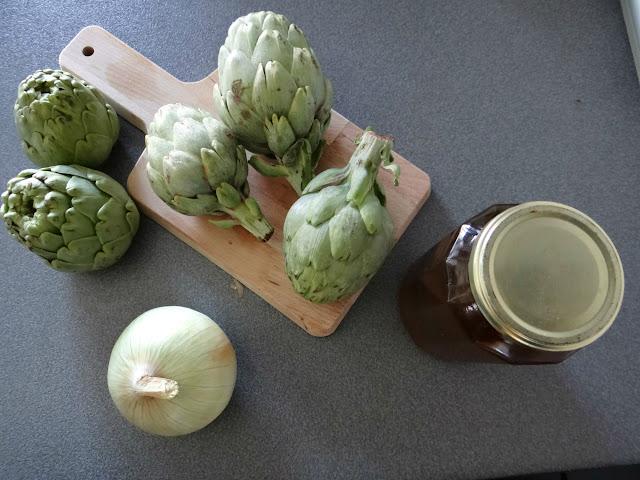 Ingredientes de alcachofas a la plancha con cebolla caramelizada