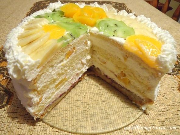 Tort śmietanowy z brzoskwiniami