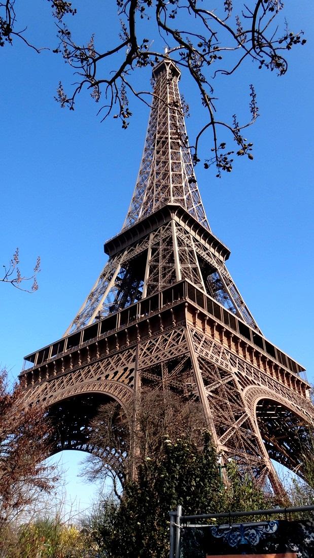 搭地鐵來到了巴黎鐵塔的腳下~~