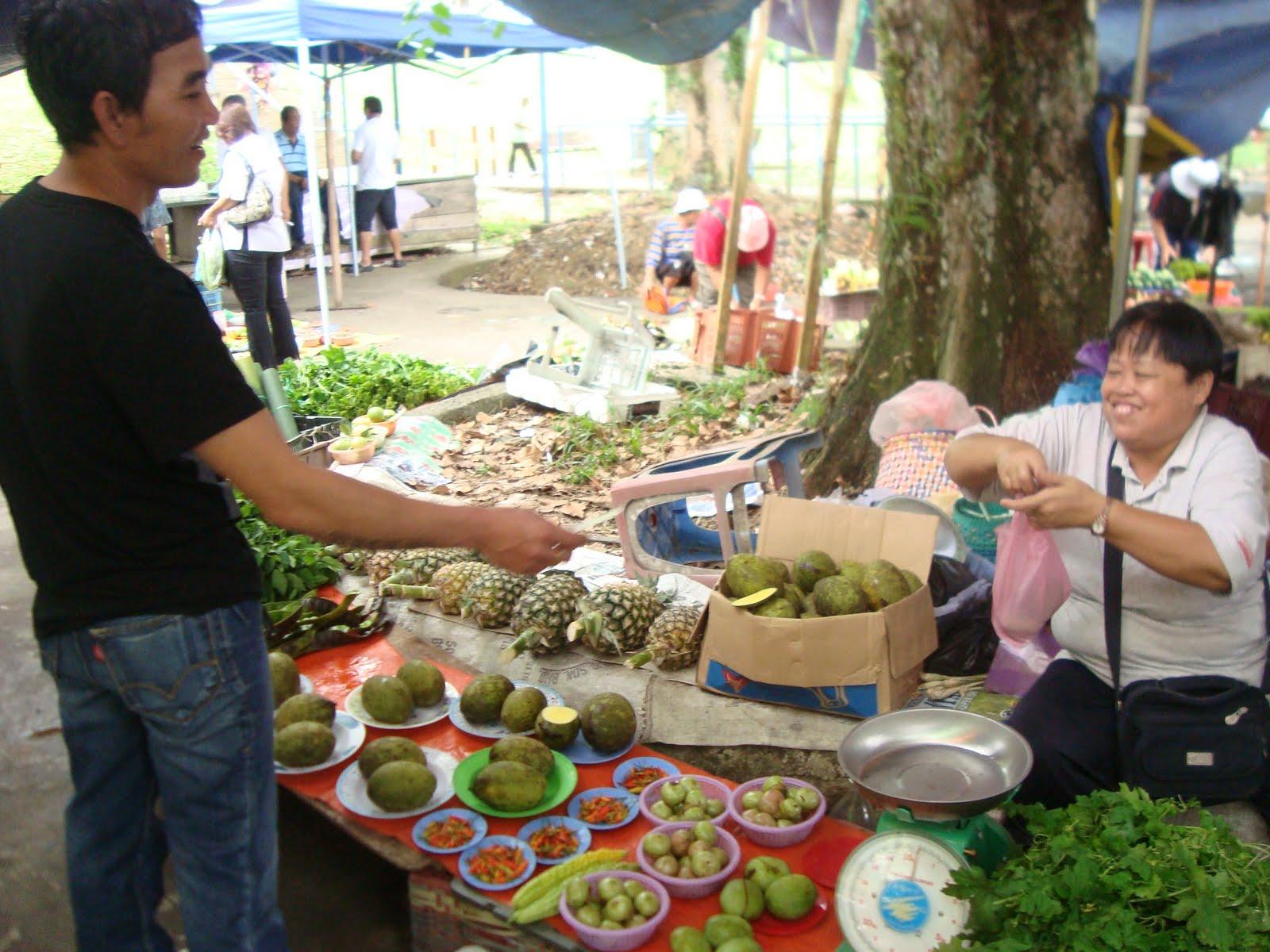 menjual produknya terhadap Collin di Pasar Tamu Sri Aman kelmarin