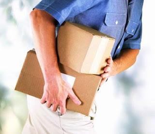 El transporte de reparto o capilar,hombre con paquete,reparto de paquete,paqueteria