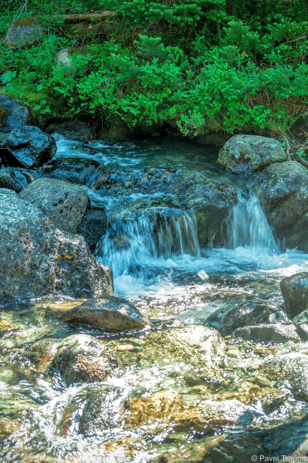 Продолжаем любоваться по пути прозрачными ручьями и водопадиками...