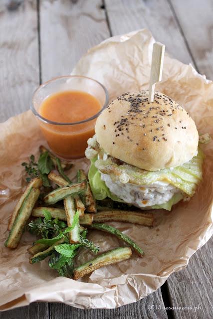 fishburger con fiori di zucca fritti, mozzarella di bufala, salsa fredda di pomodoro e bastoncini di zucchine