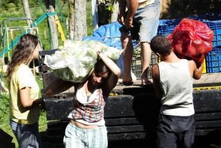 Participantes do 6º Enga (Encontro Nacional de Grupos de Agroecologia) descarregam alimentos no sítio Tibá, uma ecovila que recebeu o evento em São Carlos (a 232 km de São Paulo). Quase toda a alimentação foi plantada pelos grupos presentes a tempo de col