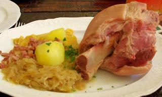 Codillo de cerco con chucrut y puré de patatas Berlín