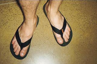 Homem usando chinelo de dedo - Pés Masculinos