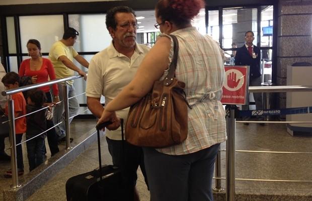 Avelino Mendes Fortuna, pai de Lucas, desembarca com a mala do filho (Foto: Gabriela Lima)