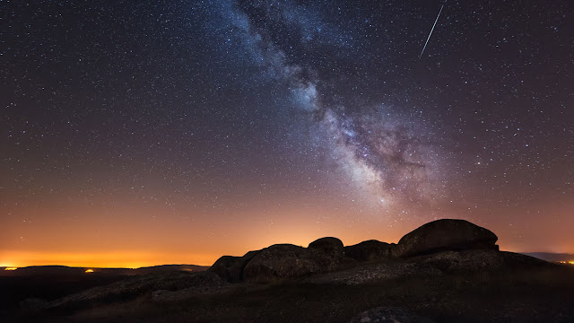 A view of the Milky Way from La Coruña, Spain (© Carlos Fernandez/Getty Images) 665