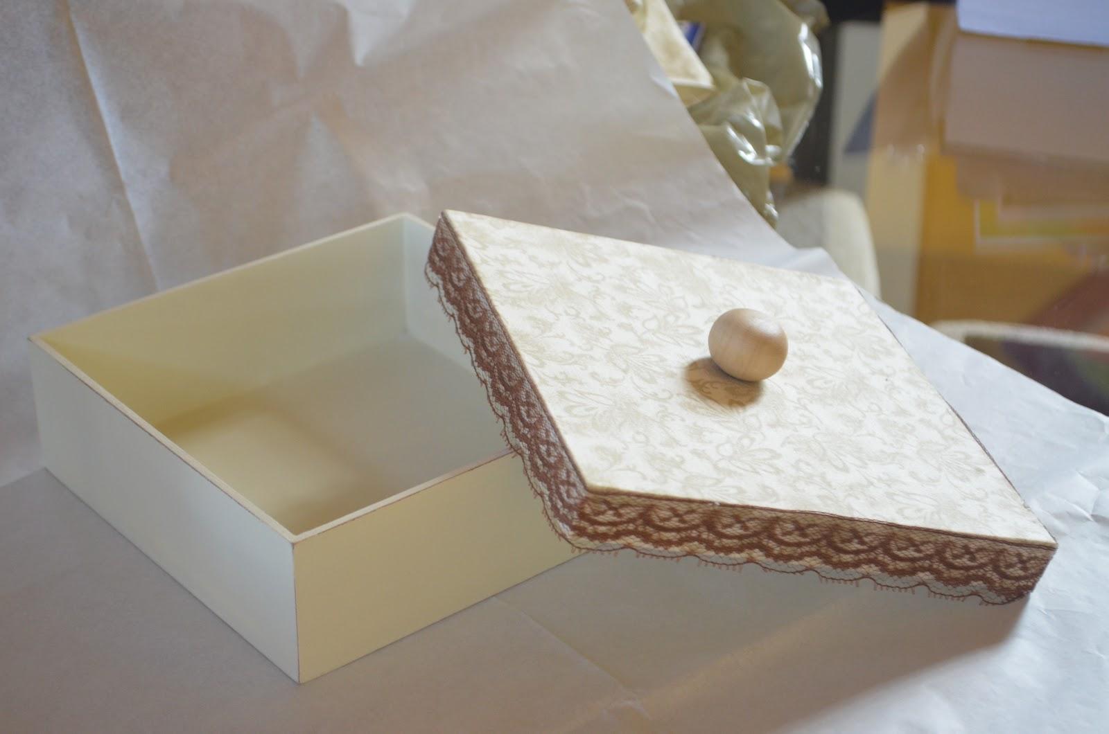 Cor: Caixa mdf tampa revestida em tecido com aplicação de renda  #7E6643 1600x1060