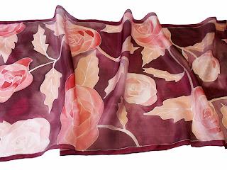 Karácsonyi ajándék nőknek: rózsa selyem sál selyemfestéssel.