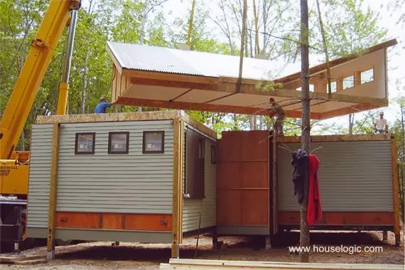Grúa ubicando módulos para construir una casa