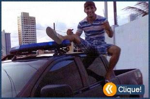 Tirou foto em cima do carro da polícia e teve que pedir desculpas
