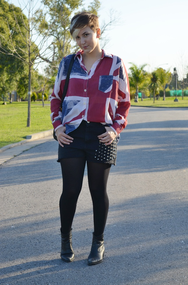 Look: Camisa Union Jack e short com spikes