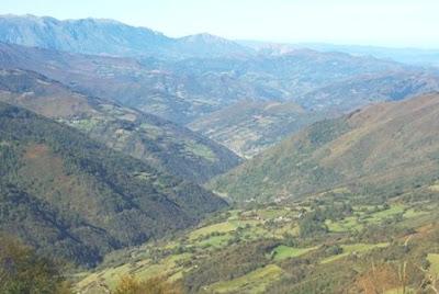 Aller, pico La Teyera, vista del valle del río Negro
