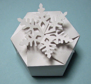 http://extremecards.blogspot.de/2010/02/twist-top-snowflake-box.html